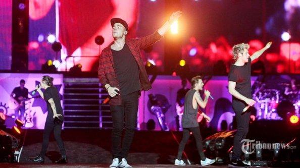 Foto-Hebohnya-Konser-One-Direction-di-Stadion-Utama-Gelora-Bung-Karno