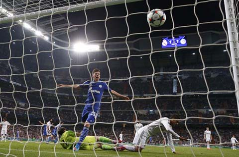 Schalke 04's Klaas-Jan Huntelaar scores a goal during their round of 16 second leg soccer match in Madrid