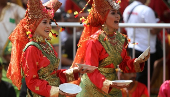 tari-piring-di-festival-budaya-di-swiss